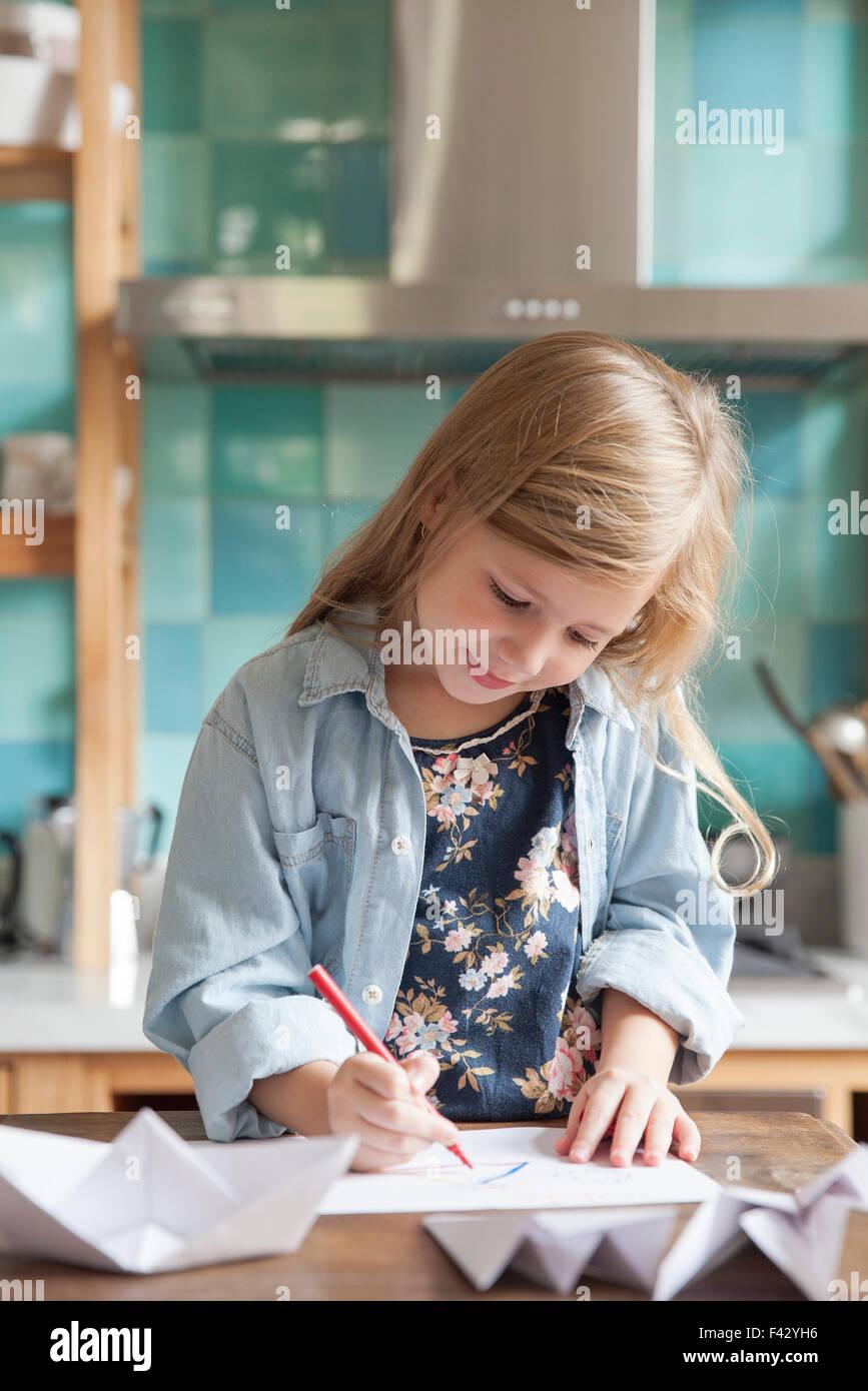 Kleines Mädchen zeichnen in Küche, Porträt Stockbild