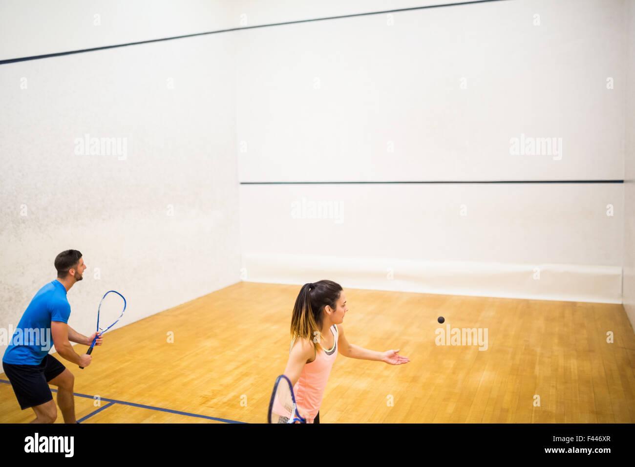 Wettbewerbsfähige paar squash spielen zusammen Stockbild