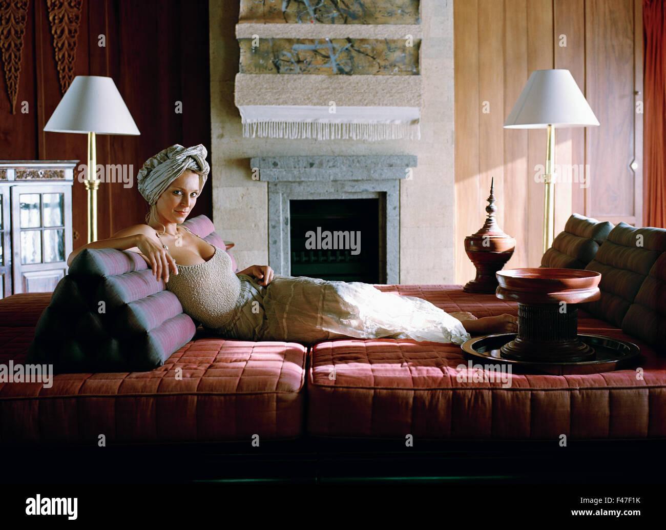 Eine skandinavische Frau auf einem Sofa. Stockbild