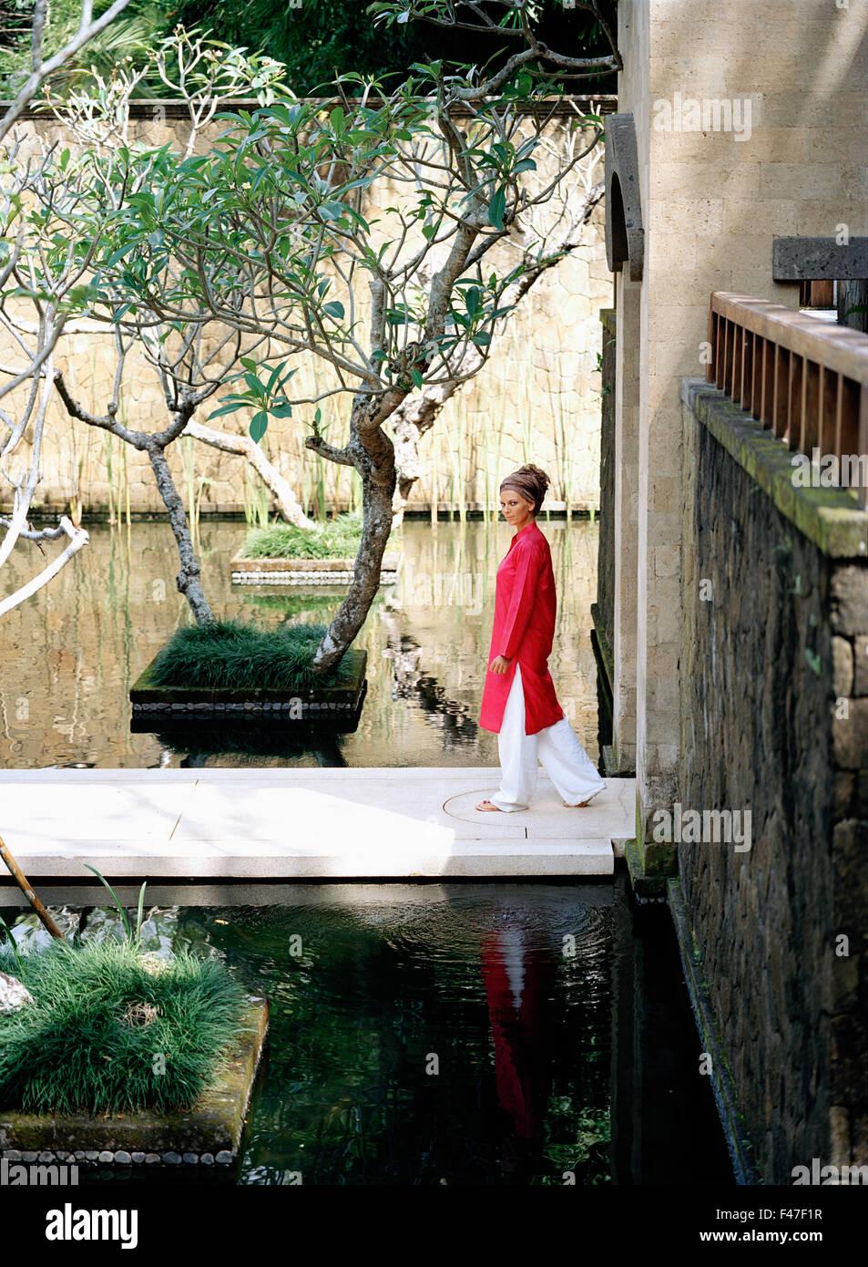 Eine skandinavische Frau zu Fuß auf einer Brücke. Stockbild