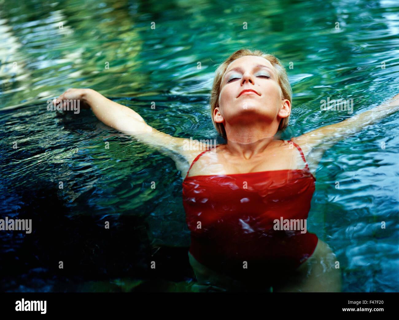 Eine skandinavische Frau im Wasser. Stockbild