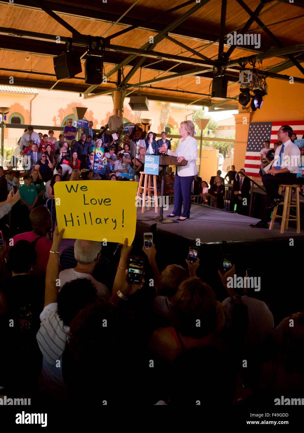 US demokratische Präsidentschaftswahlen hoffnungsvollen Hillary Clinton grüßt Fans während einer Stockbild