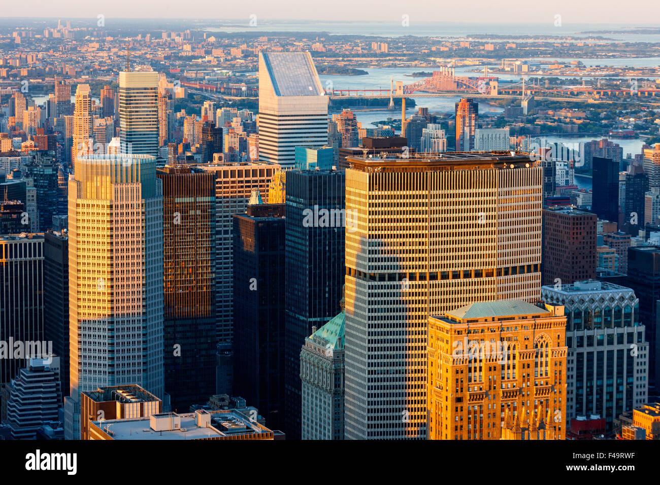Luftaufnahme von Midtown Manhattan Wolkenkratzer bei Sonnenuntergang. Skyline von New York City. USA Stockbild