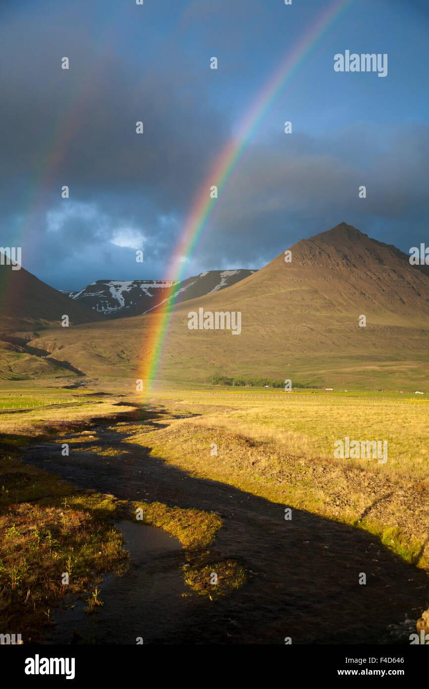 Abend Regenbogen über dem Heradsvotn Tal, Csopak, Sao Martinho do Porto, Nordhurland Djupivogur, Island. Stockbild