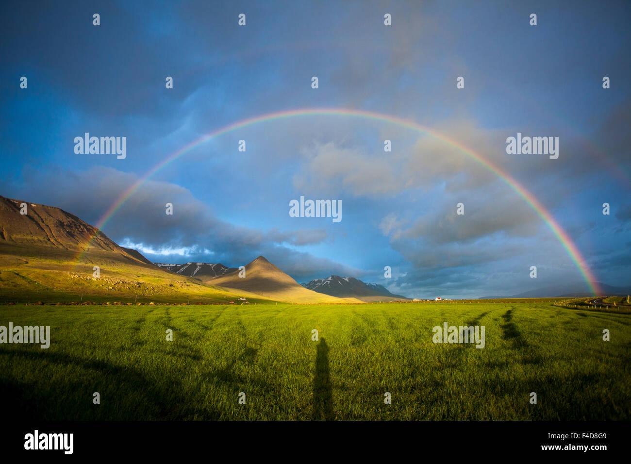 Abend-Regenbogen über das Heradsvotn-Tal, Skagafordur, Nordhurland Vestra, Island. Stockbild