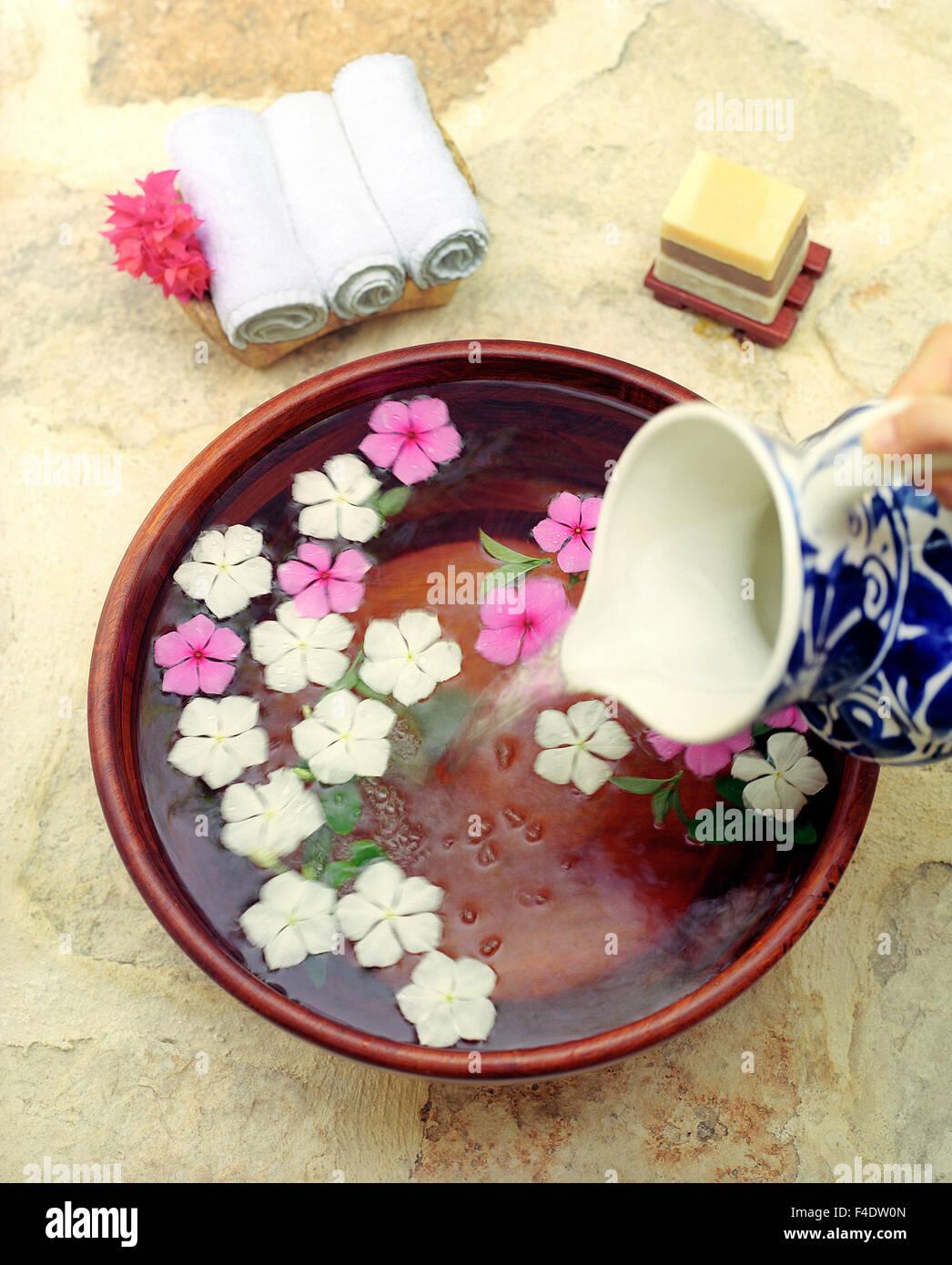Ein Fuß mit mexikanische Myrte Blumen und Orangenblüten, Schokolade Trüffel, Minze Seifen waschen. Stockbild