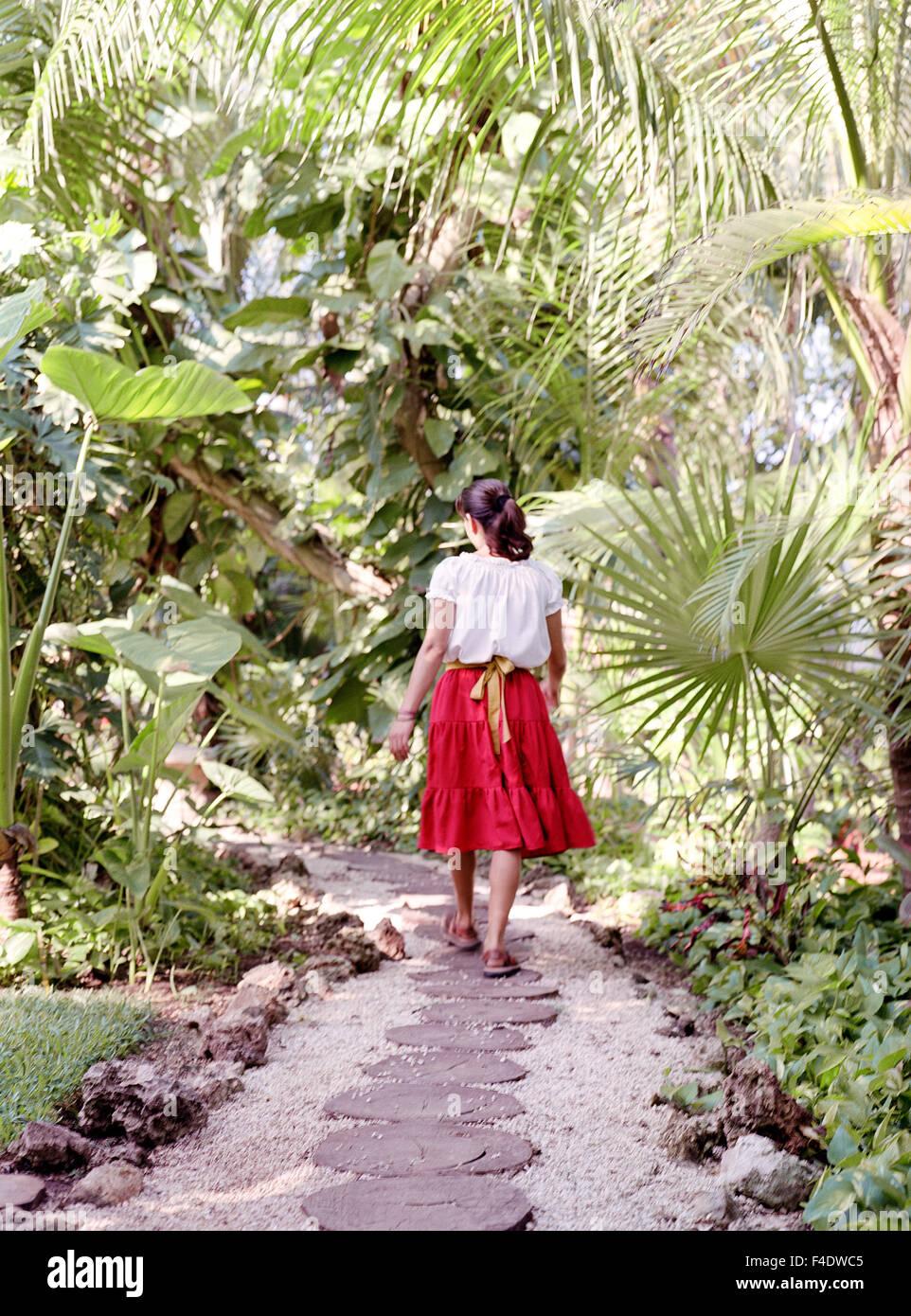 Ein Bediensteter Fuß einen Weg im Maroma Spa and Resort. Riviera Maya, Yucatan, Mexiko. Stockbild