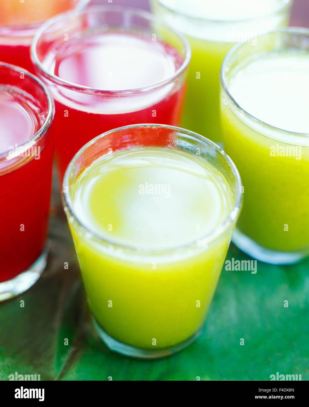 Rote Hibiscus Tee mit Honig und Chaya und Ananas grüne Getränk. Chaya ist eine Maya-Pflanze. Maroma Resort Stockbild