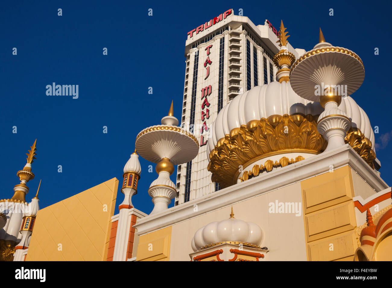 USA, New Jersey, Atlantic City, Promenade und Trump Taj Mahal Hotel und Casino, dawn Stockbild
