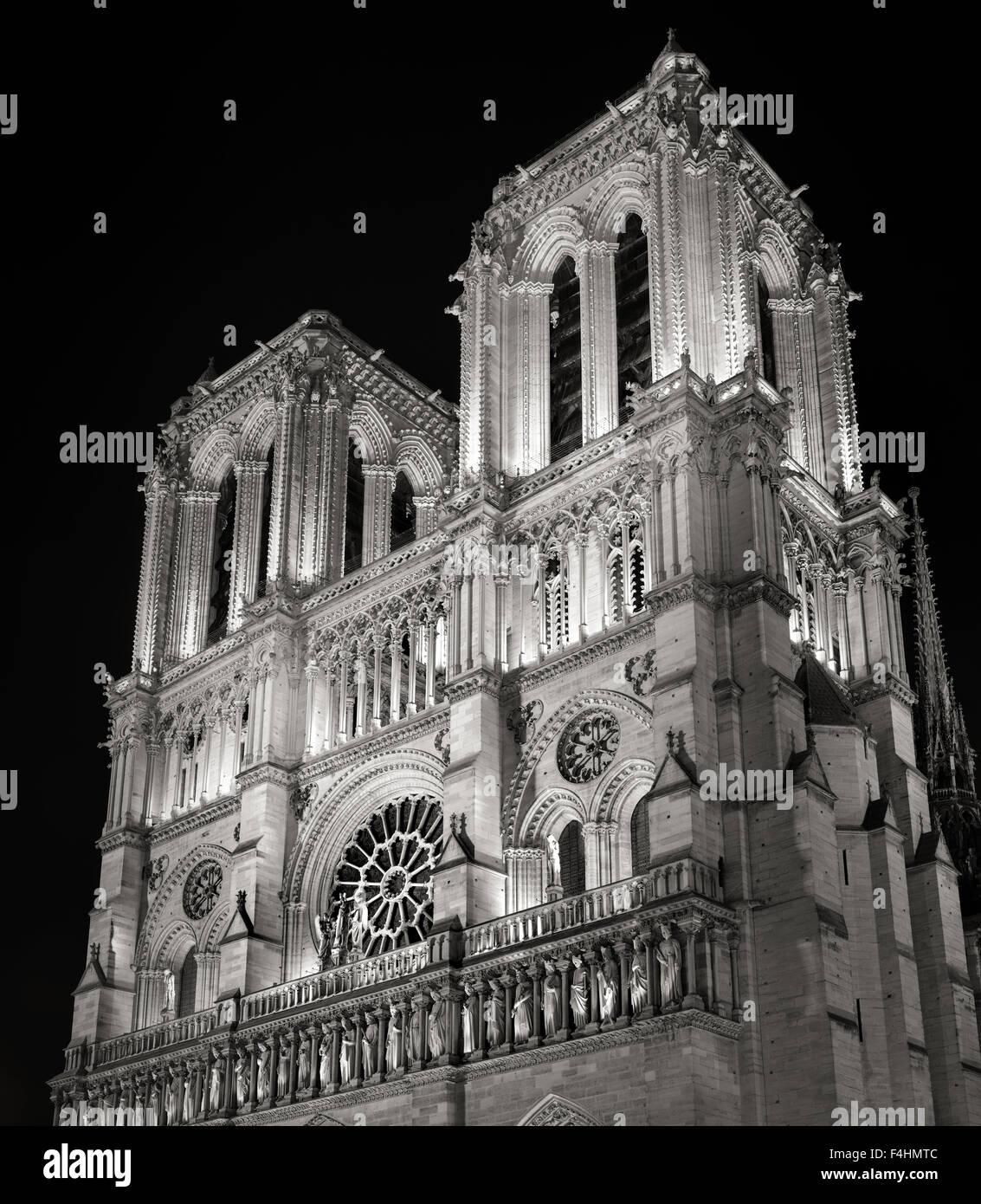 Türme und Fassade von Notre-Dame de Paris Kathedrale beleuchtet in der Nacht, Ile De La Cite, Frankreich. Französische Stockbild