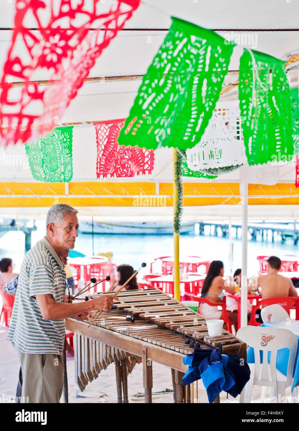 Man spielt Xylophon bei Minino, unter freiem Himmel, Zelt-Stil-Meeresfrüchte-Restaurant in der Nähe der Stockbild