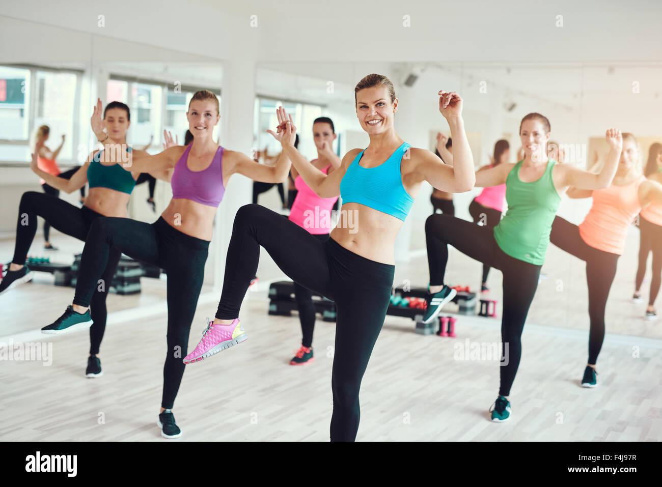 Große Gruppe von attraktiven Farbtönen passen junge Frauen genießen ein Aerobic Workout im Fitnessraum Stockbild