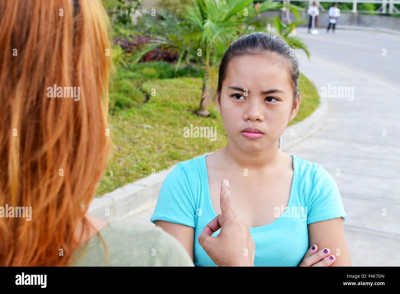 Asiatische Teenager nicht einverstanden mit ihrer Mutter Stockbild