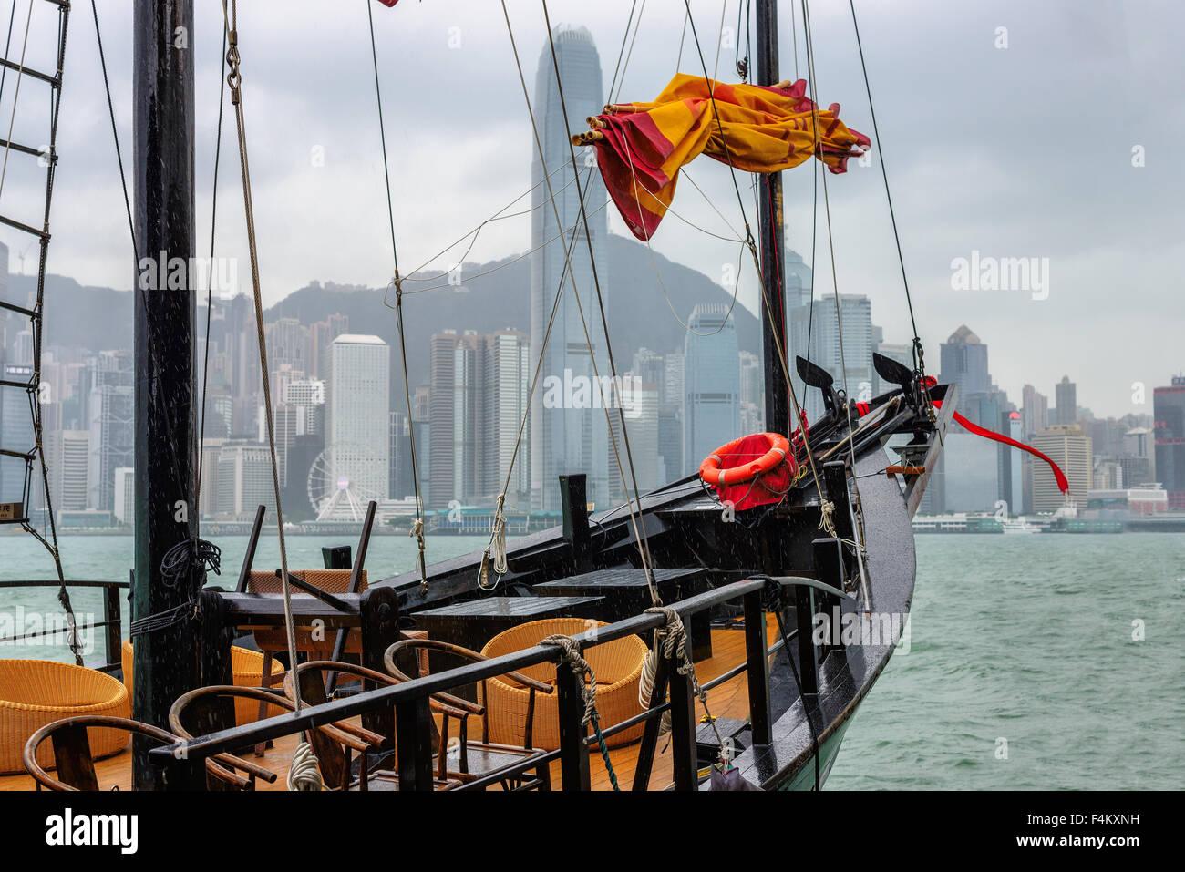 Hongkong Victoria Harbour aus touristischen junk in regnerischen Tag Stockbild