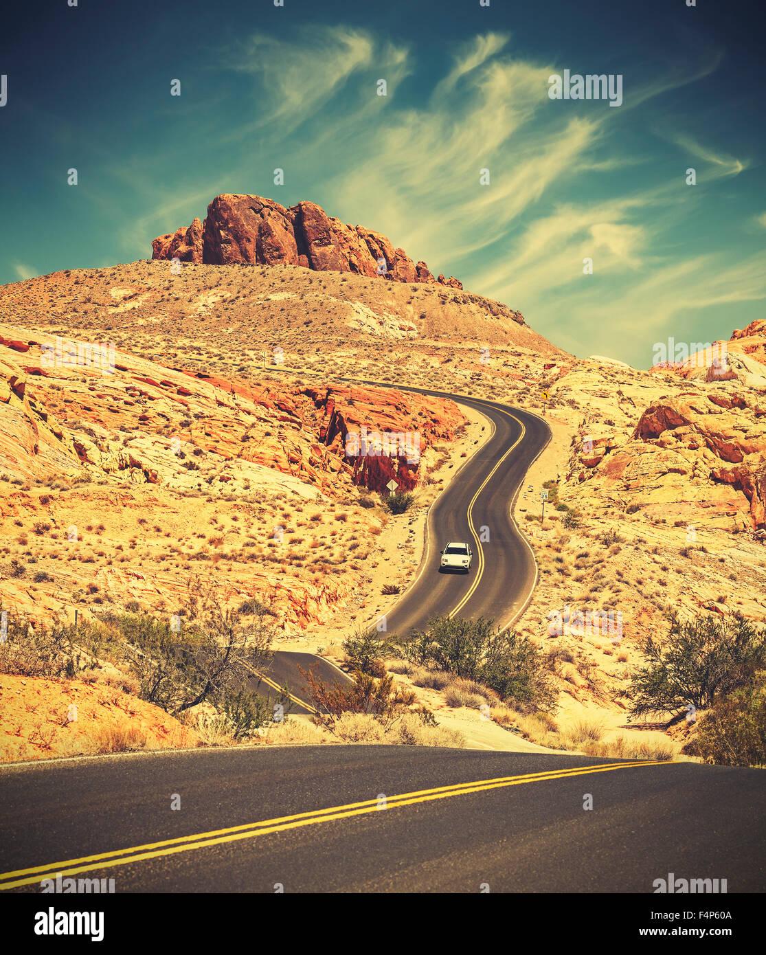Retro getönten Wicklung Desert Highway, Abenteuer Reisekonzept, Valley of Fire State Park, Nevada, USA. Stockbild