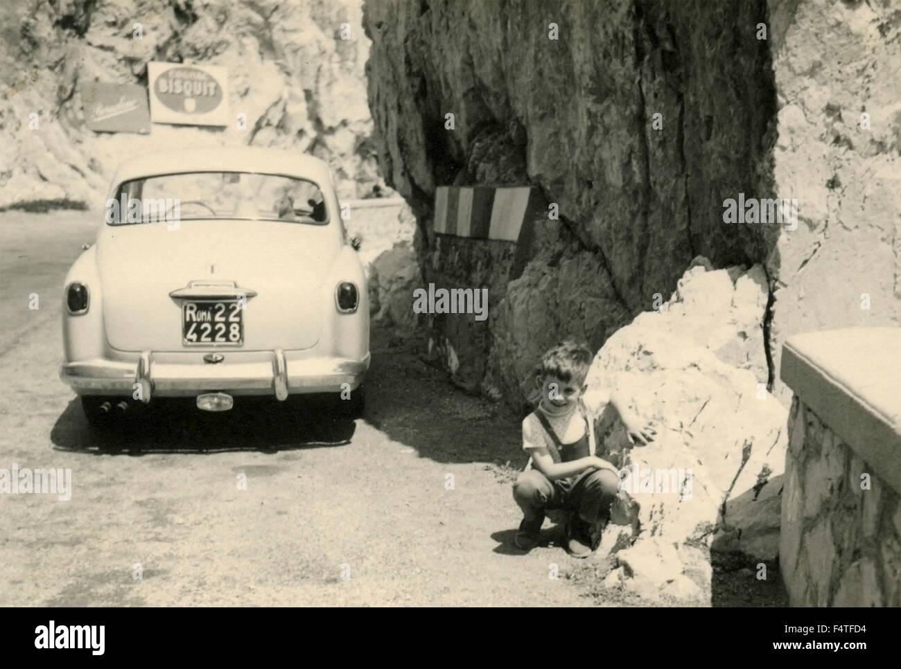 Kind neben einem 1900 Alfa Romeo-Auto Stockbild