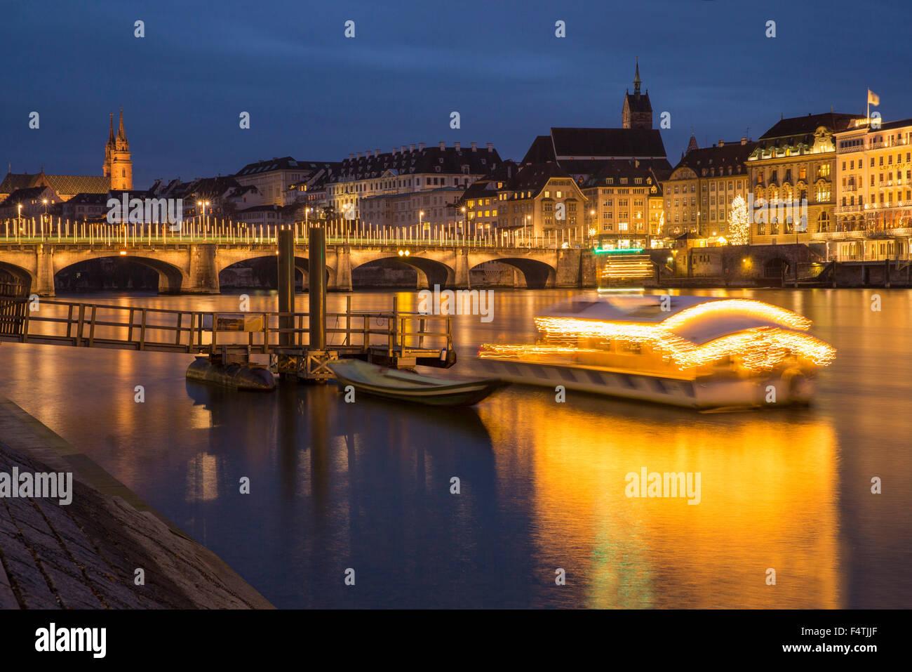 Rheinbrücke mit Weihnachtsbeleuchtung in Basel, Stockbild