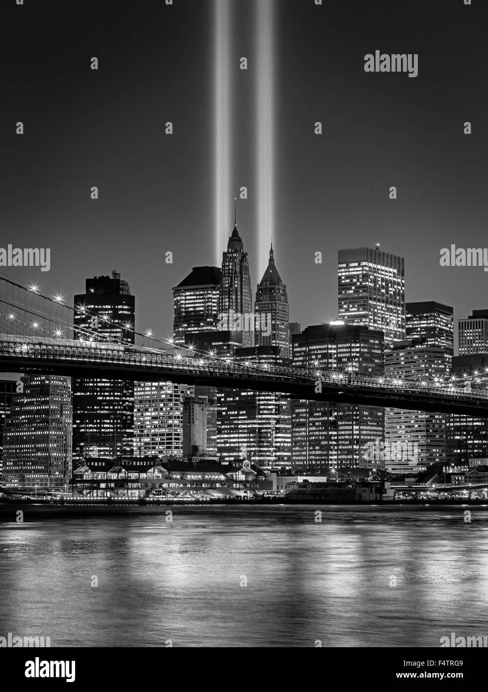 Der Tribute in Light, in Lower Manhattan mit beleuchteten Wolkenkratzern des Financial District in New York City Stockbild