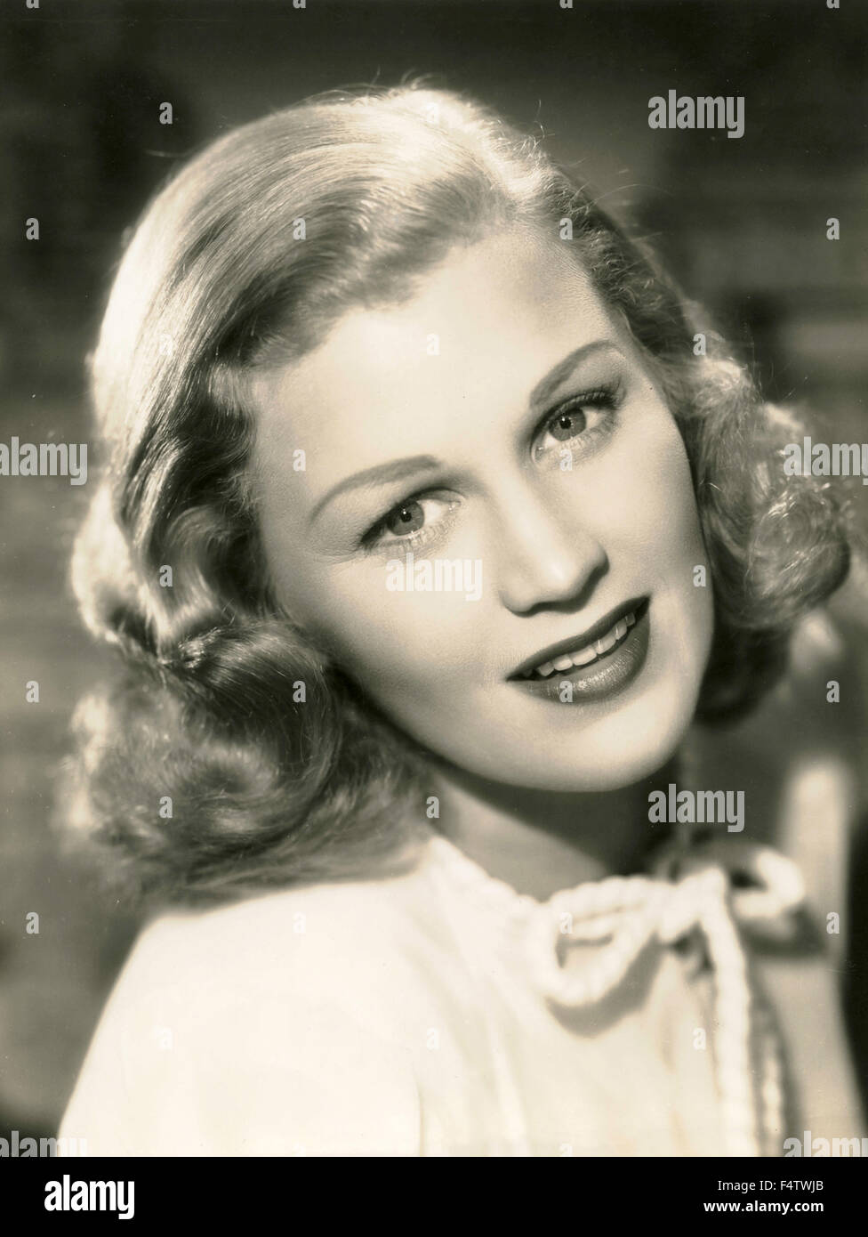 Ein Model trägt eine typische 50er Jahre Frisur Stockbild