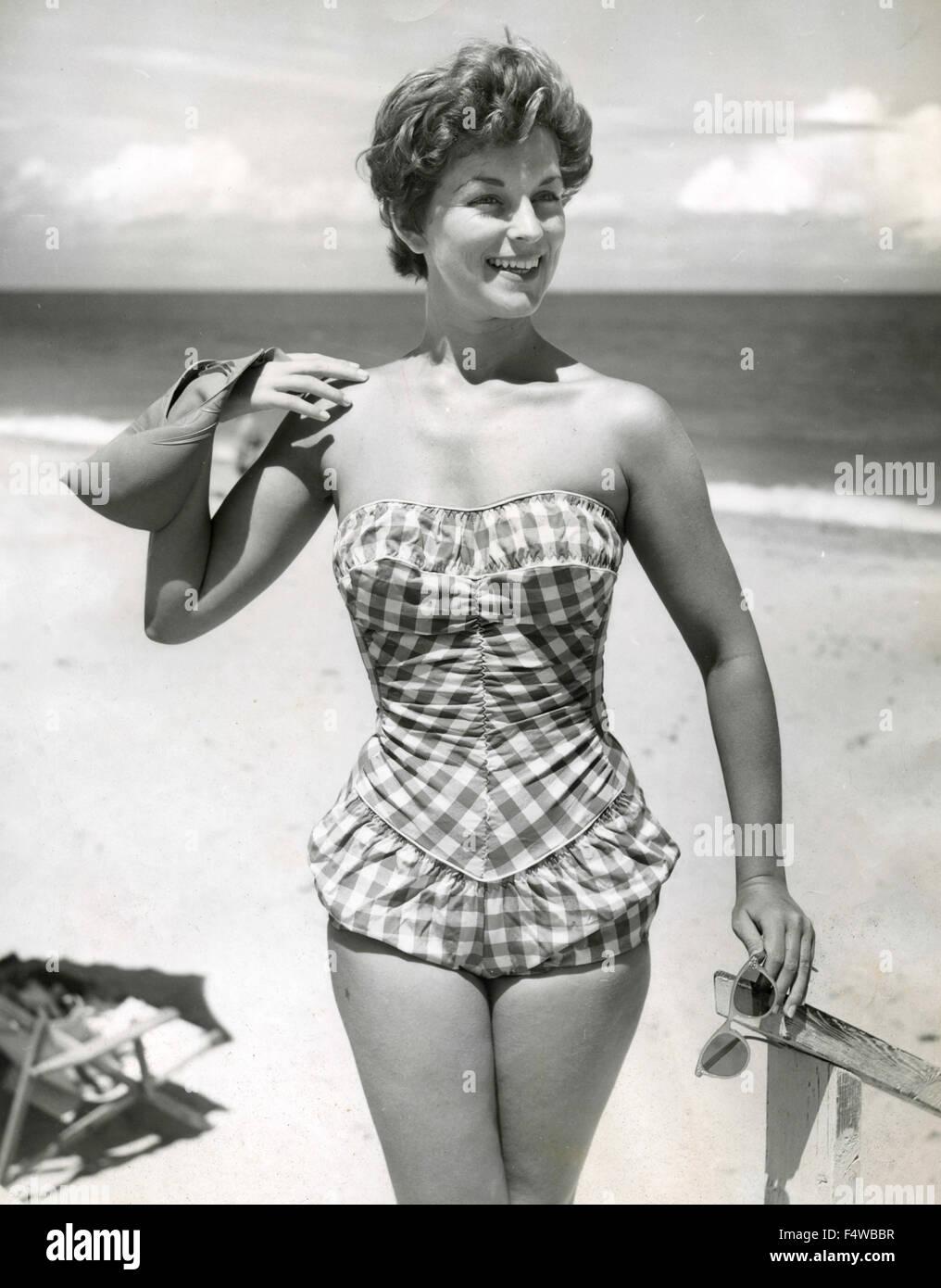 Ein Modell stellt einen Badeanzug 50er Jahre Stockbild
