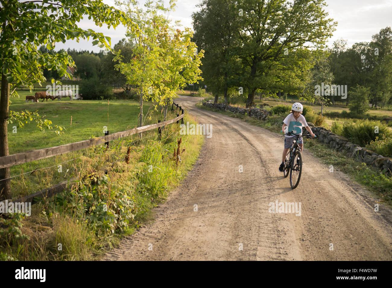 Schweden, Vastergotland, Lerum, Slatthult, jungen (10-11) auf dem Fahrrad im freien Stockbild