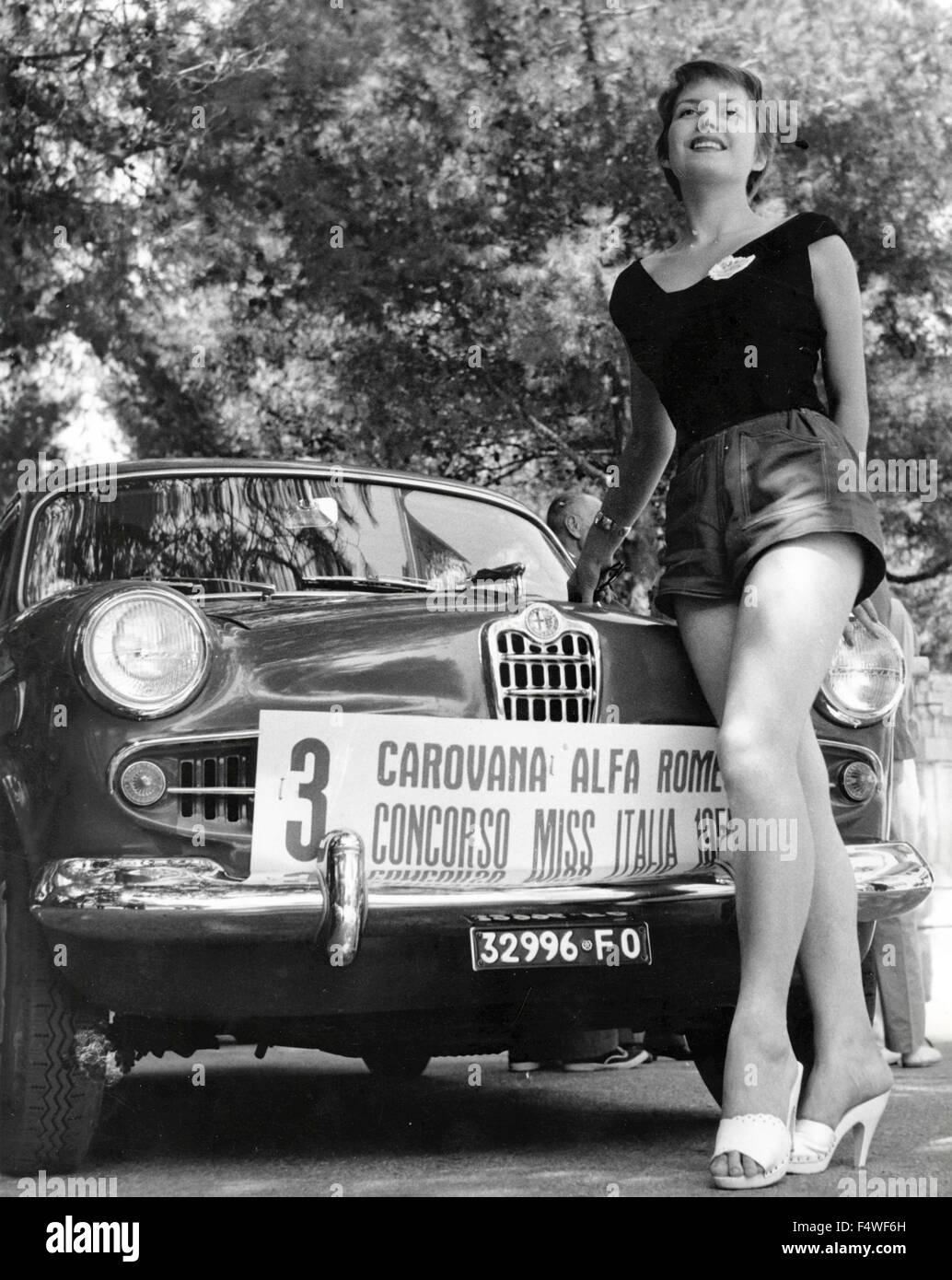 Miss Kino 1955 Cumar Brown neben einem Auto Alfa Romeo Giulietta Stockbild