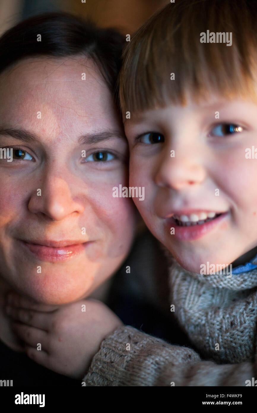 Porträt von Mutter und Sohn (4-5) Stockbild
