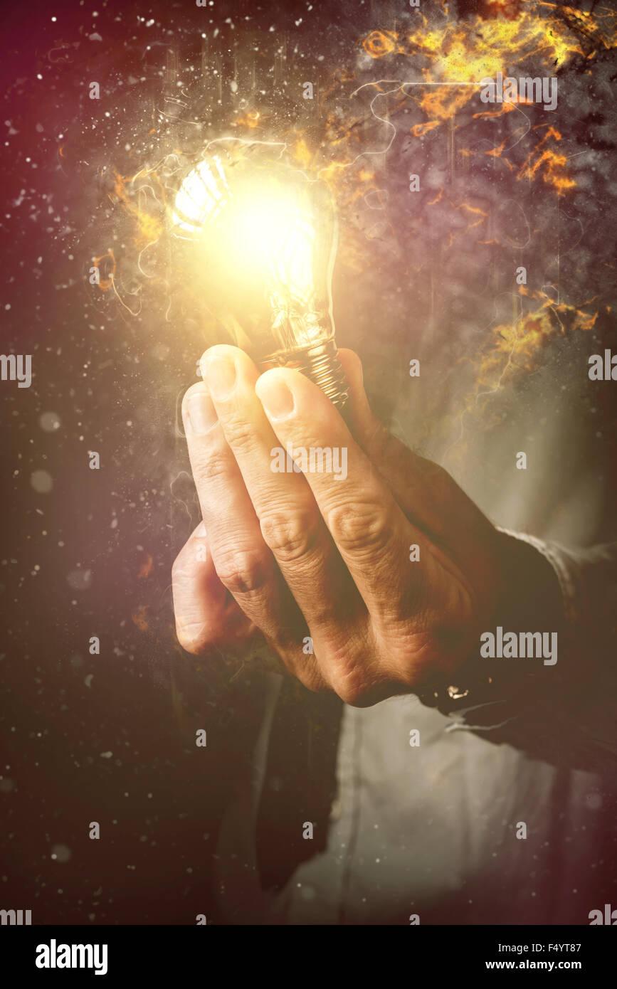 Energie von neuen Ideen im Geschäftsprozess, Geschäftsmann mit Glühbirne als Metapher für neue Stockbild