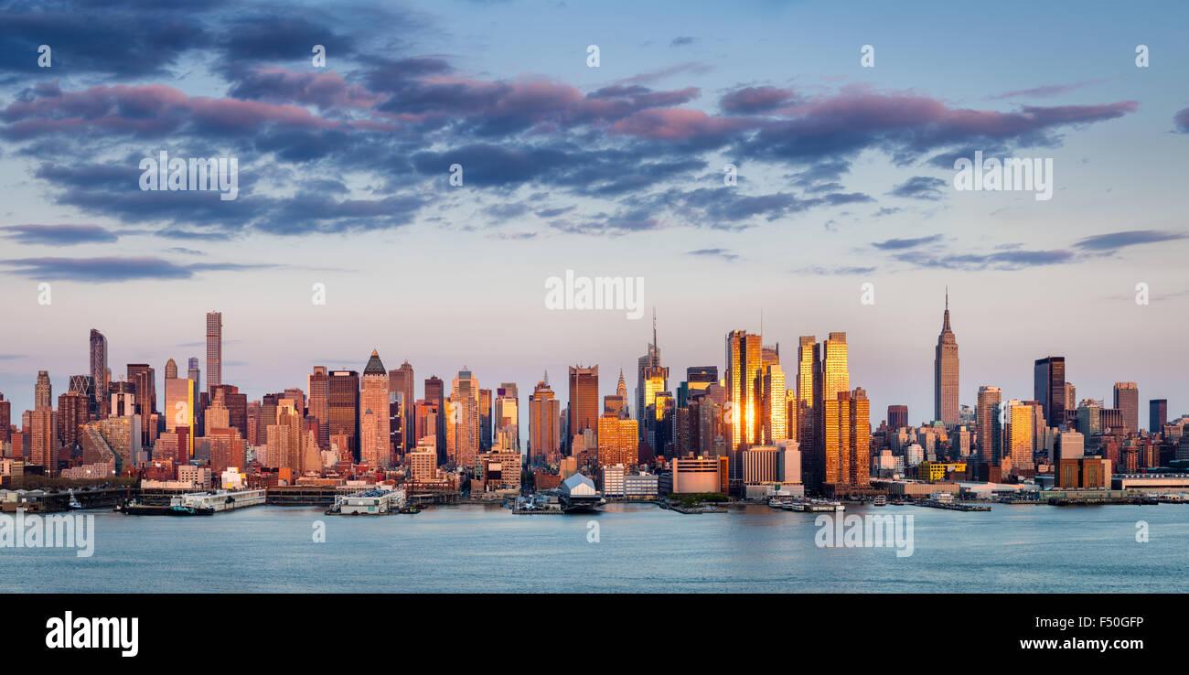 Midtown Manhattan Wolkenkratzer reflektieren Licht bei Sonnenuntergang. New York City Panorama Blick über den Stockbild