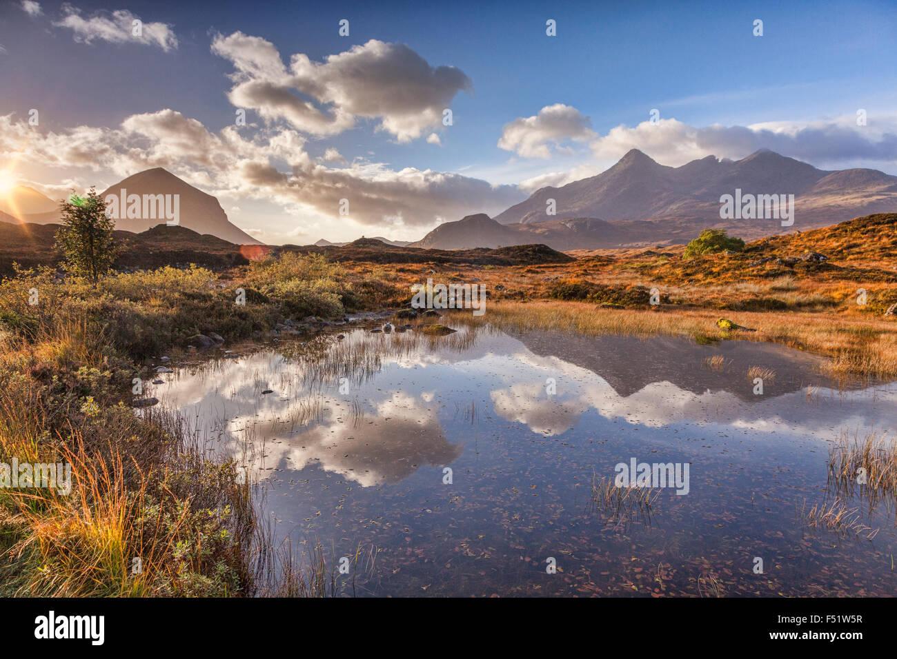 Die Cullins, Herbst, bei Sonnenaufgang, spiegelt sich in einer Lache des Wassers, Isle Of Skye, innere Hebriden, Stockbild