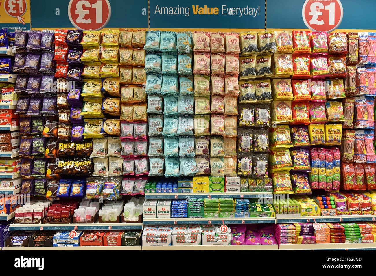 Anzeige der billige zuckerhaltige Süßigkeiten in einem Pfund-Shop UK Stockbild
