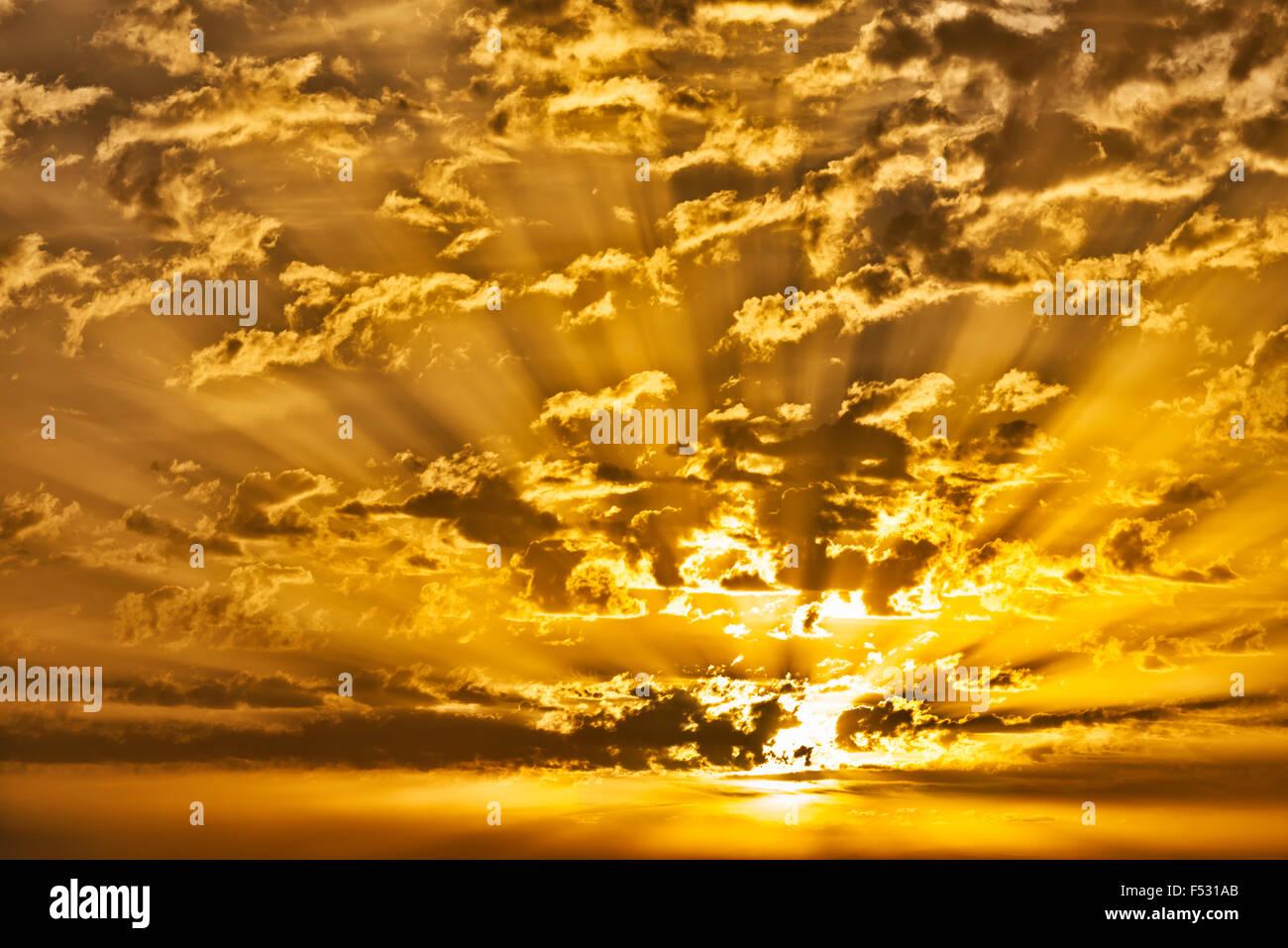 Sonnenaufgang mit Wolken und Sonnenstrahlen. Stockbild