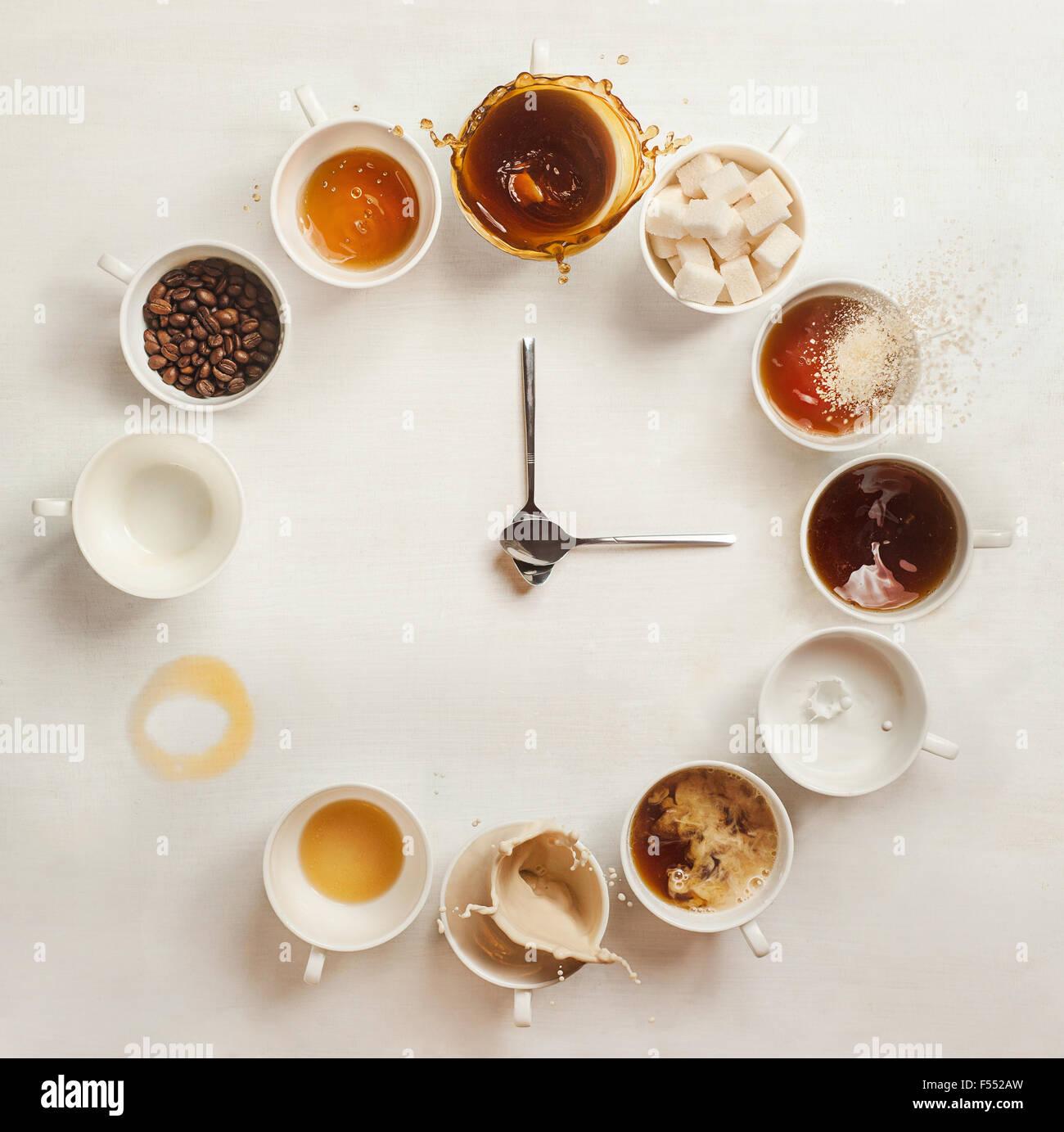Kaffee Clock.Clock gemacht von einem Dutzend Tassen Kaffee (mit Kaffeebohnen, Milch und Spritzer). Es ist immer Stockbild
