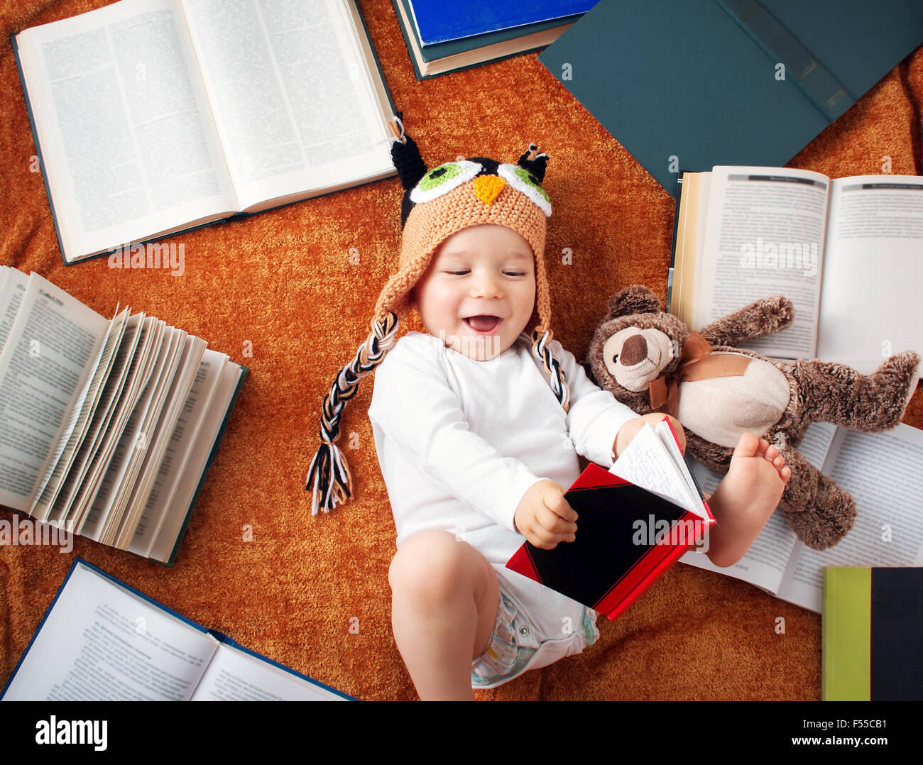 1 Jahr altes Baby Lesebücher mit Teddybär Stockbild