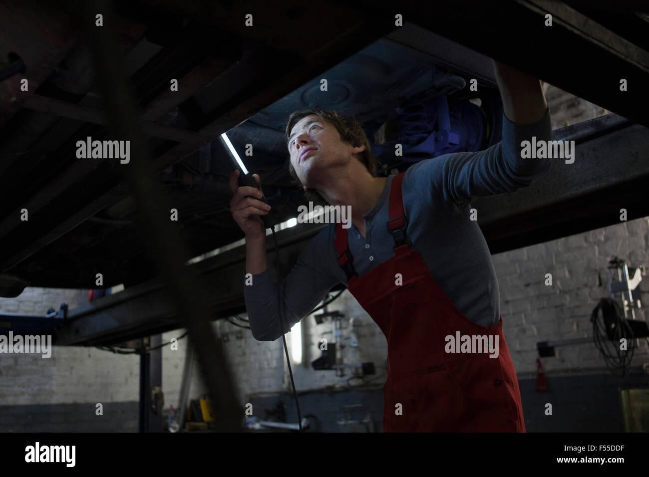Mechanische Prüfung unter Auto in der garage Stockbild