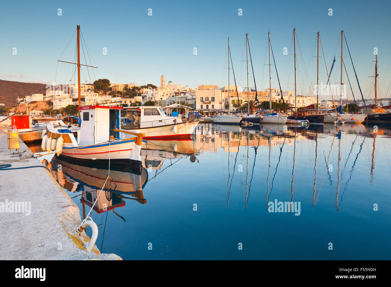 Boote und Segel Fischerboote im Hafen von Adamantas am frühen Morgen Stockbild