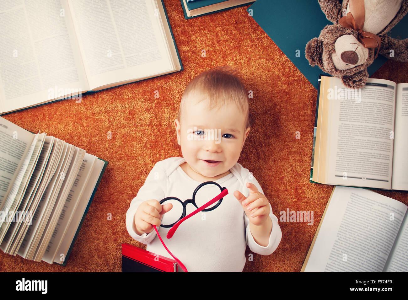 1 Jahr altes Baby mit Spectackles und ein Teddybär Stockbild