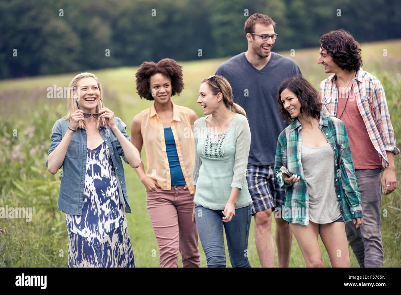 Eine Gruppe von Menschen, ein Mann und fünf Frauen, ein Spaziergang durch die Landschaft. Stockbild