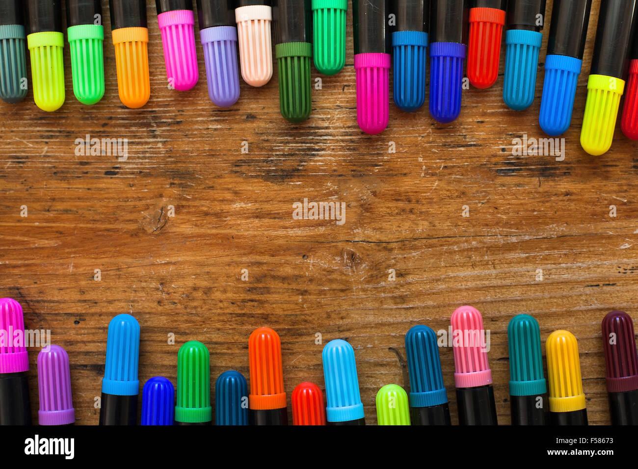 farbige Markierungen auf Holz Schreibtisch, Hintergrund Stockbild
