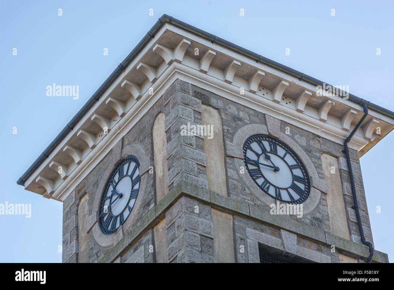 Clock Tower in Cambourne, Cornwall. visuelle Metapher für Konzept der Server/Computer/PC-Ausfallzeiten. Stockbild