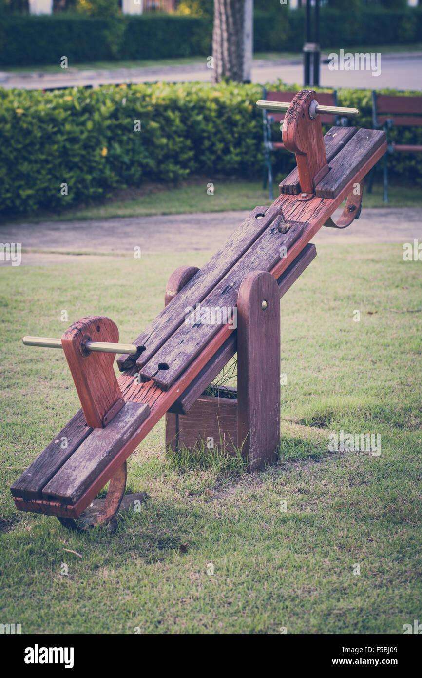 Alte Holz Wippe in der Kindheit nostalgischen Konzept veranschaulichen. Stockbild