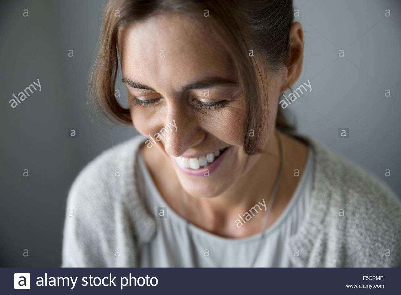 Nahaufnahme, Frau blickte lachend Stockbild