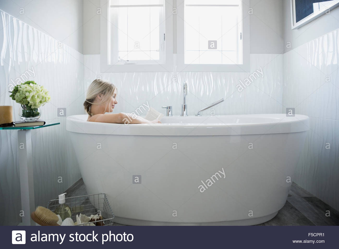 bathing stockfotos bathing bilder alamy. Black Bedroom Furniture Sets. Home Design Ideas