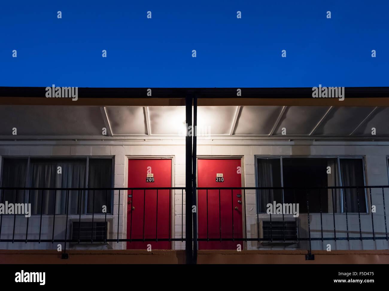 Billiges Motel Zimmer Türen. Stockbild