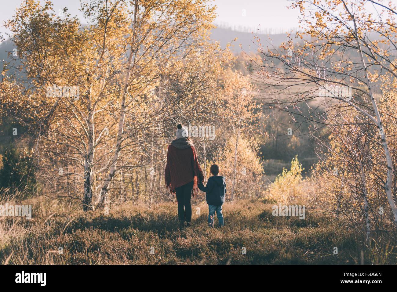 Frau und ihr Sohn in der Natur. Stockfoto