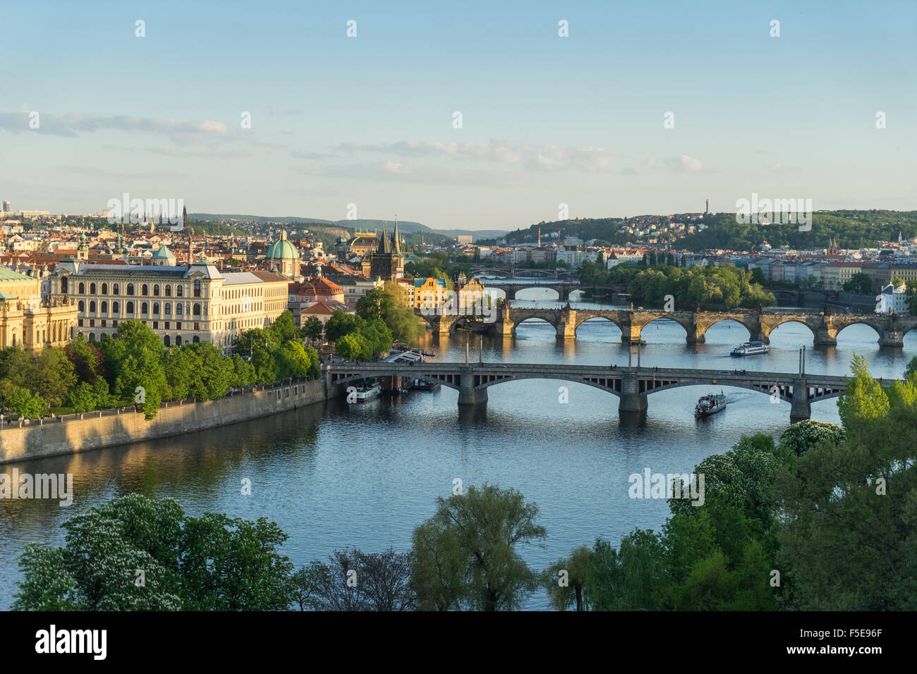 Cityscape Moldau an den Brücken verbinden die Altstadt Mala Strana, Prager Burg, Hradschin, Prag, Tschechische Stockbild