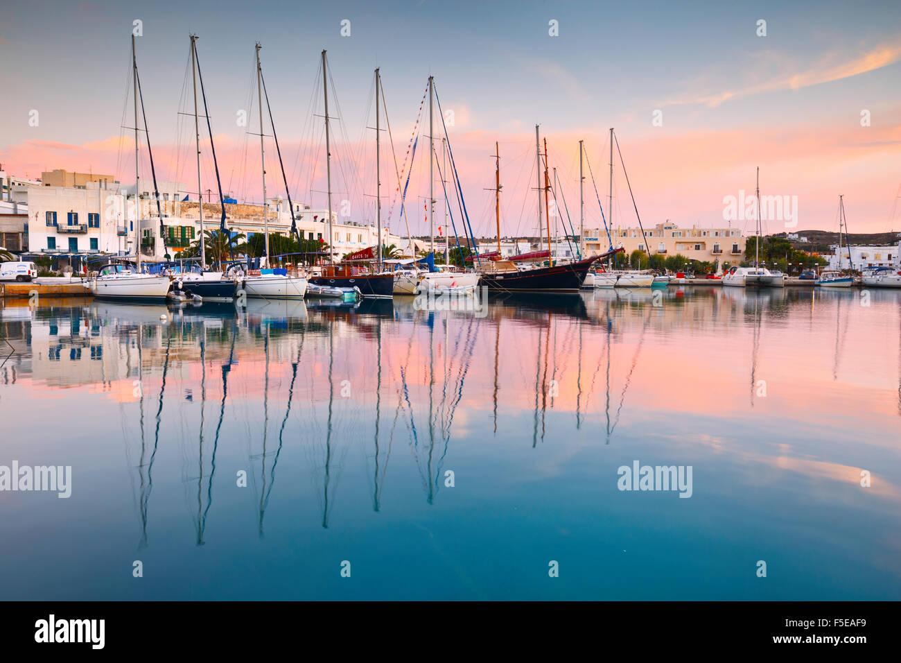 Adamantas Hafen und das Meer an einem frühen Morgen Stockbild