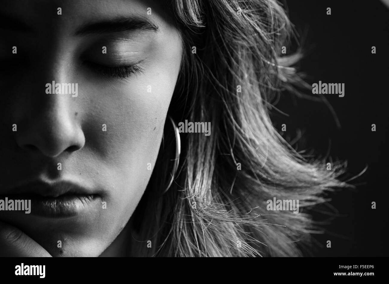 Porträt der jungen Frau mit geschlossenen Augen Stockbild