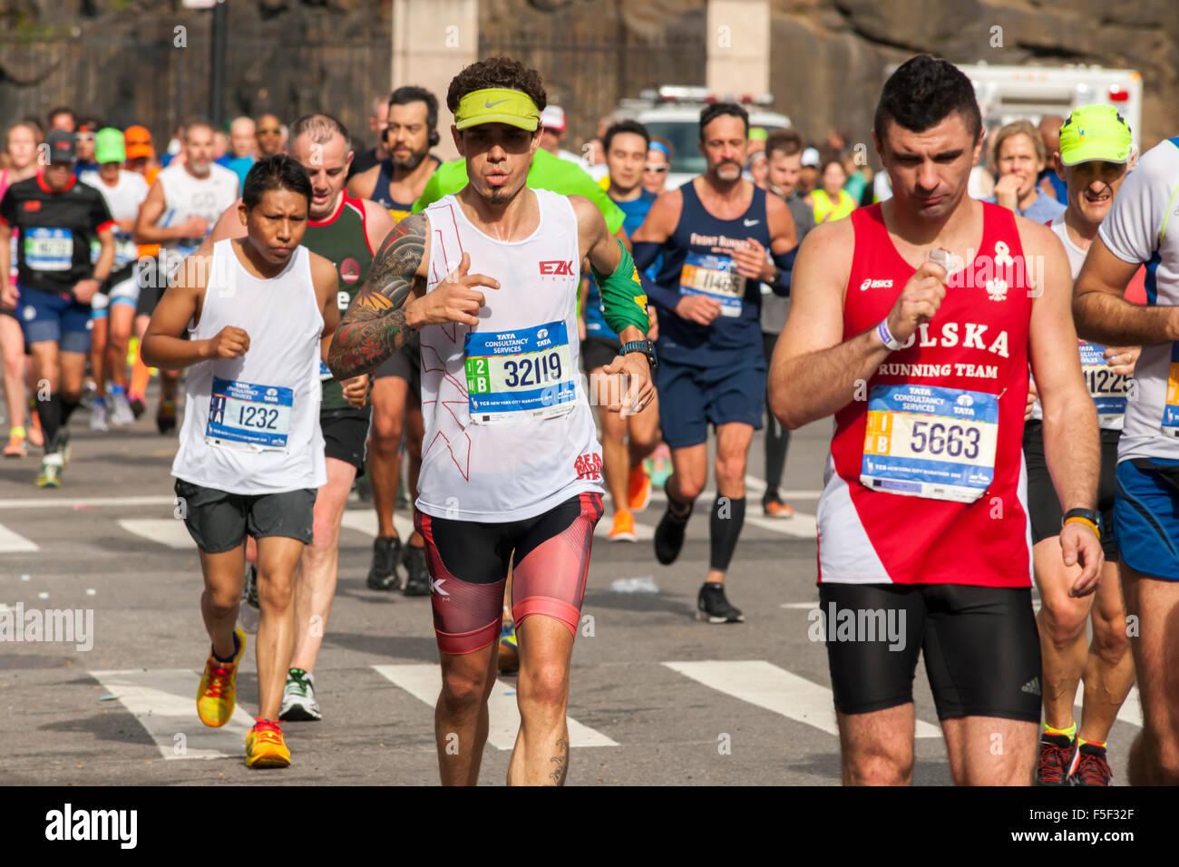Läufer durchqueren Harlem in New York in der Nähe von 22 Meilen-Marke in der Nähe von Mount Morris Stockbild