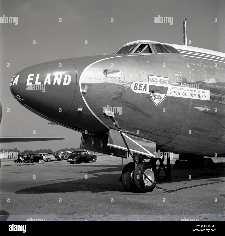 1955, historische Bild zeigt Vorder- und Cockpit des Flugzeugs BEA RMA Golden Hind. Dies war ein elisabethanisches Stockbild
